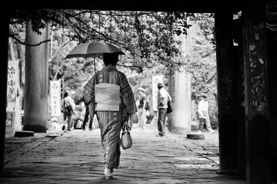 Lady-in-Kimono-in-Tokyo-park